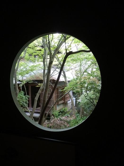 茶室の丸窓から見た苔庭