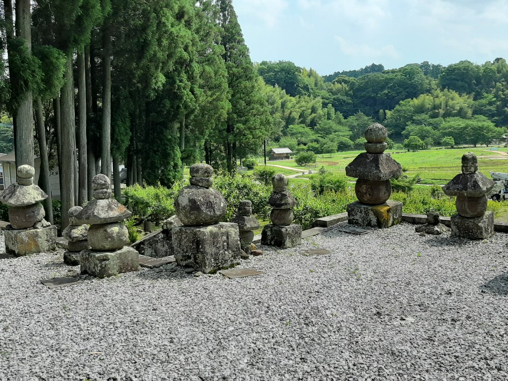 ホキ石仏第2群の前のたくさんの五輪塔