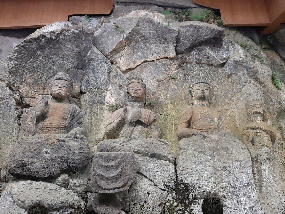ホキ石仏第1群第1 龕、左から薬師如来(過去仏)・釈迦如来(現世仏)・阿弥陀如来(未来仏)
